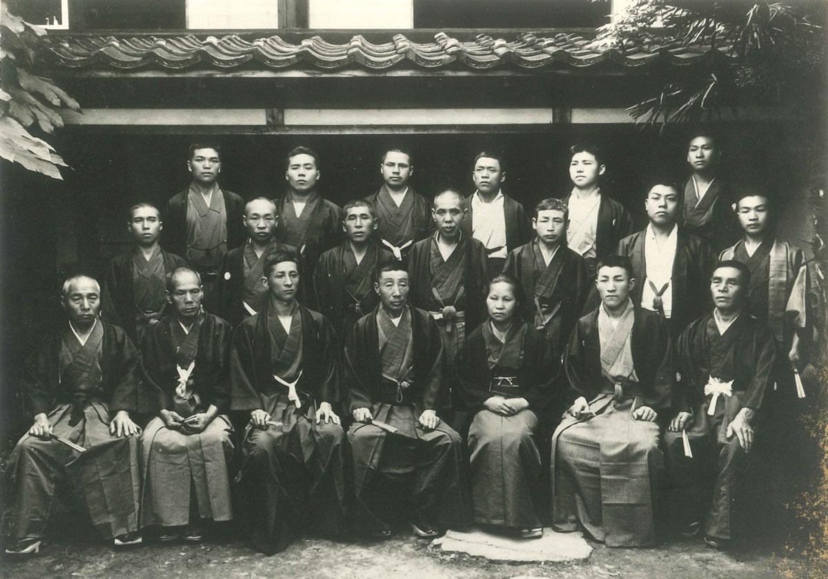 玉川堂門人集合写真(1912年・玉川堂前庭)